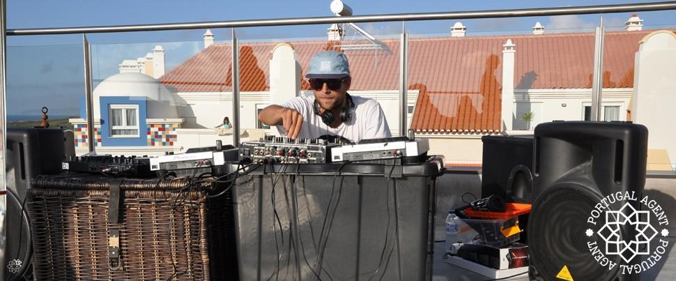 DJ-på-Surfers-Lodge-Peniche-och-terrassen1