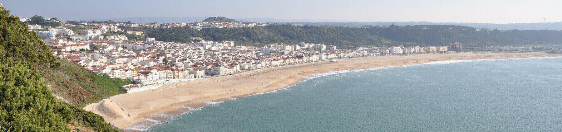 Nazare-stranden-Pederniera-och-monte-Sao-Bartolomeu