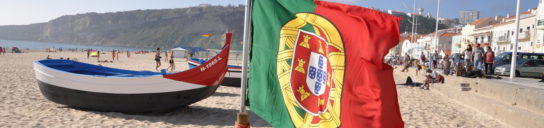 Portugals-flagga-på-stranen-i-Nazaré