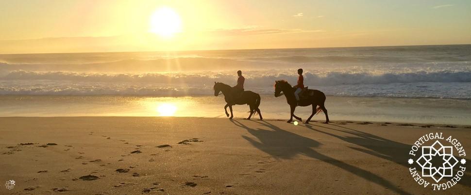 Ridning-i-solnedgång-Praia-do-Norte-Nazare-Portugal-Silverkusten