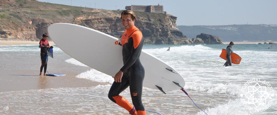 Surfing-på-Praia-do-Norte-Sitio-do-Nazare