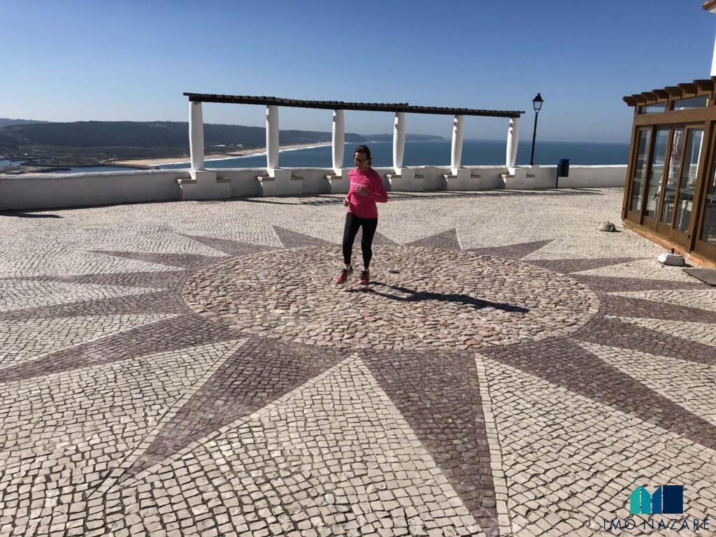 Jogging i Sitio da Nazaré på Silverkusten i Portugal