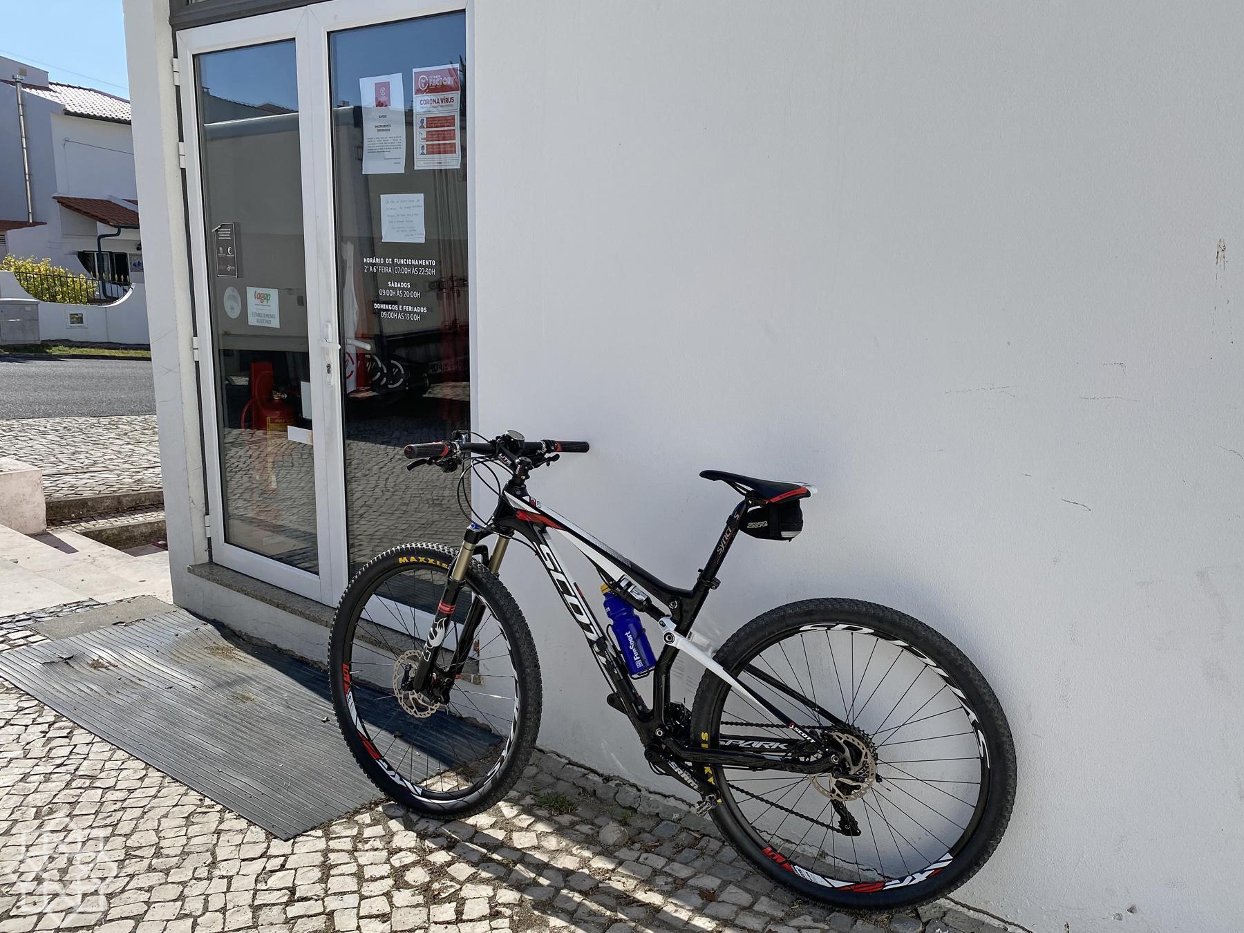 Bästa gymmet i stan har stängt. Då får det bli cykel i stället!