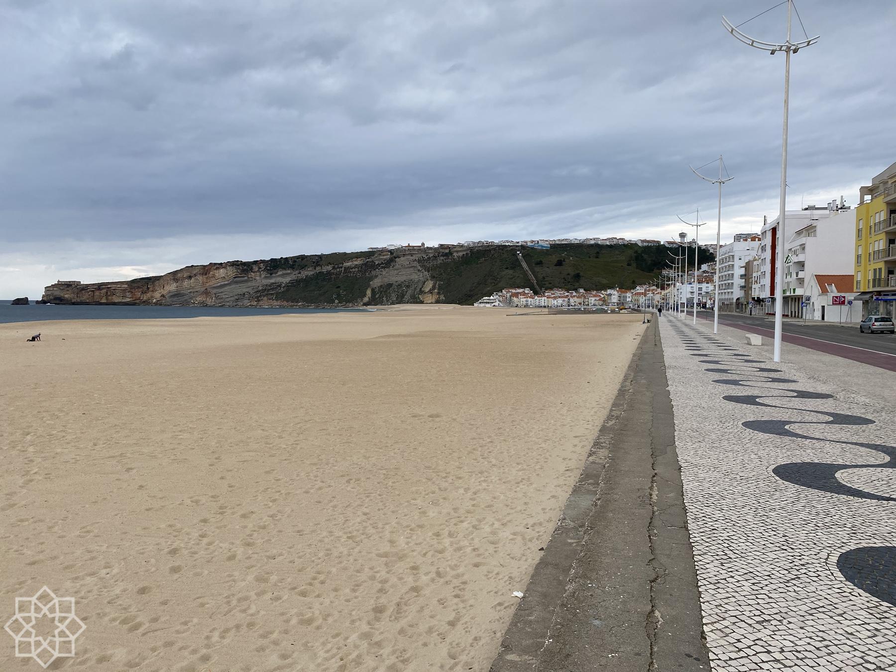 Lördag kväll. Öde. Till vänster: en person tränar ensam på stranden.