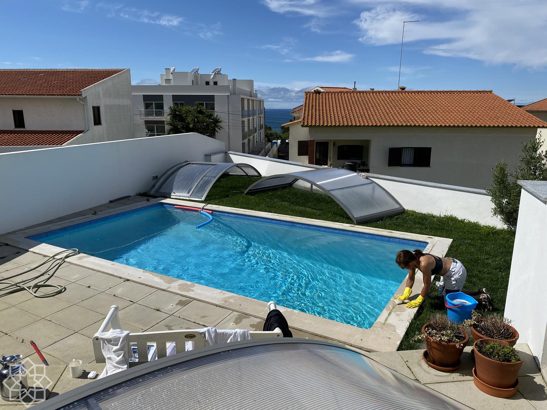 Sommarkänsla i Sitio; poolen skall fejas inför badsäsongen.
