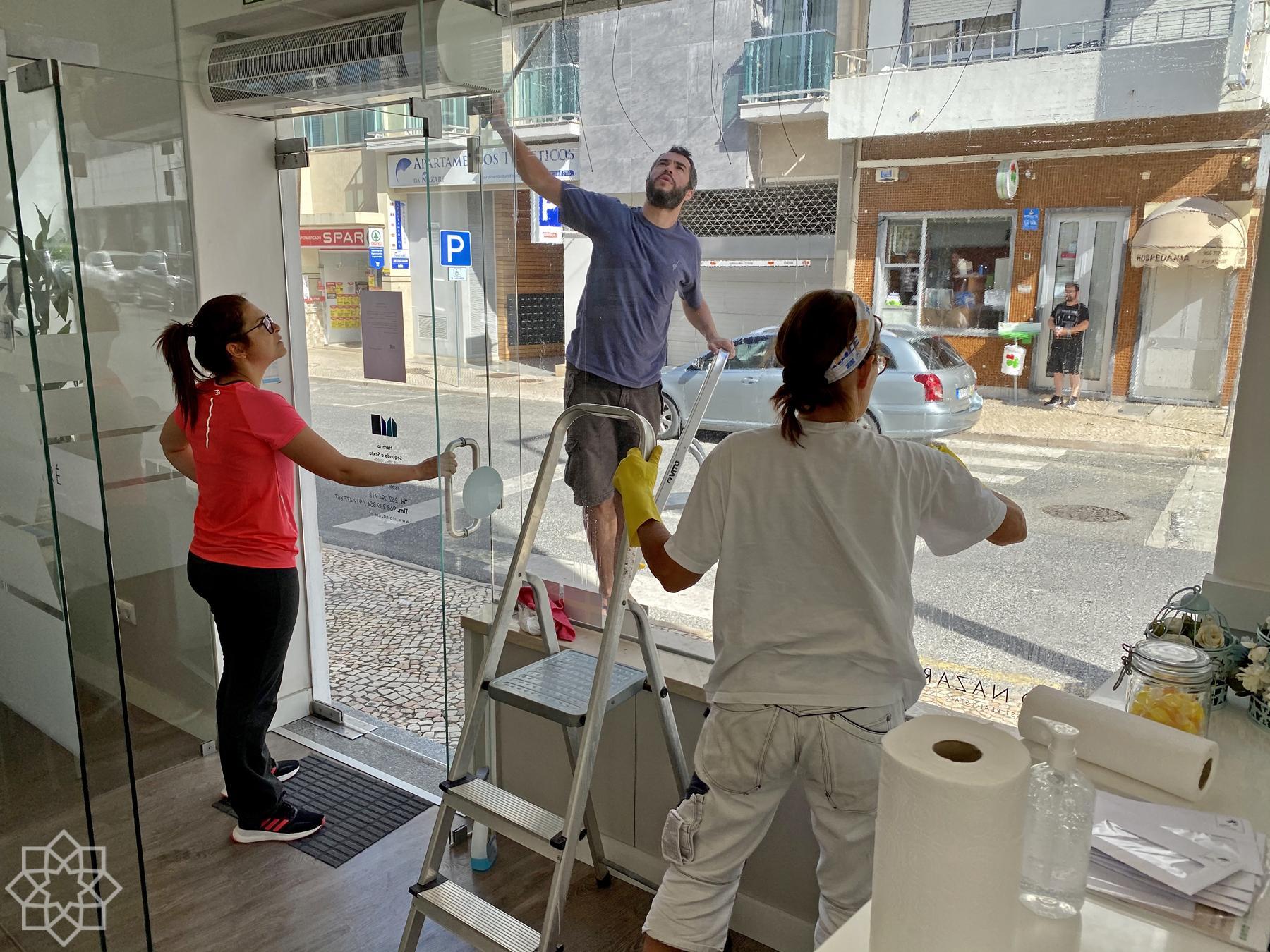 Rita, Renato och Kari förbereder inför öppningen 4 maj