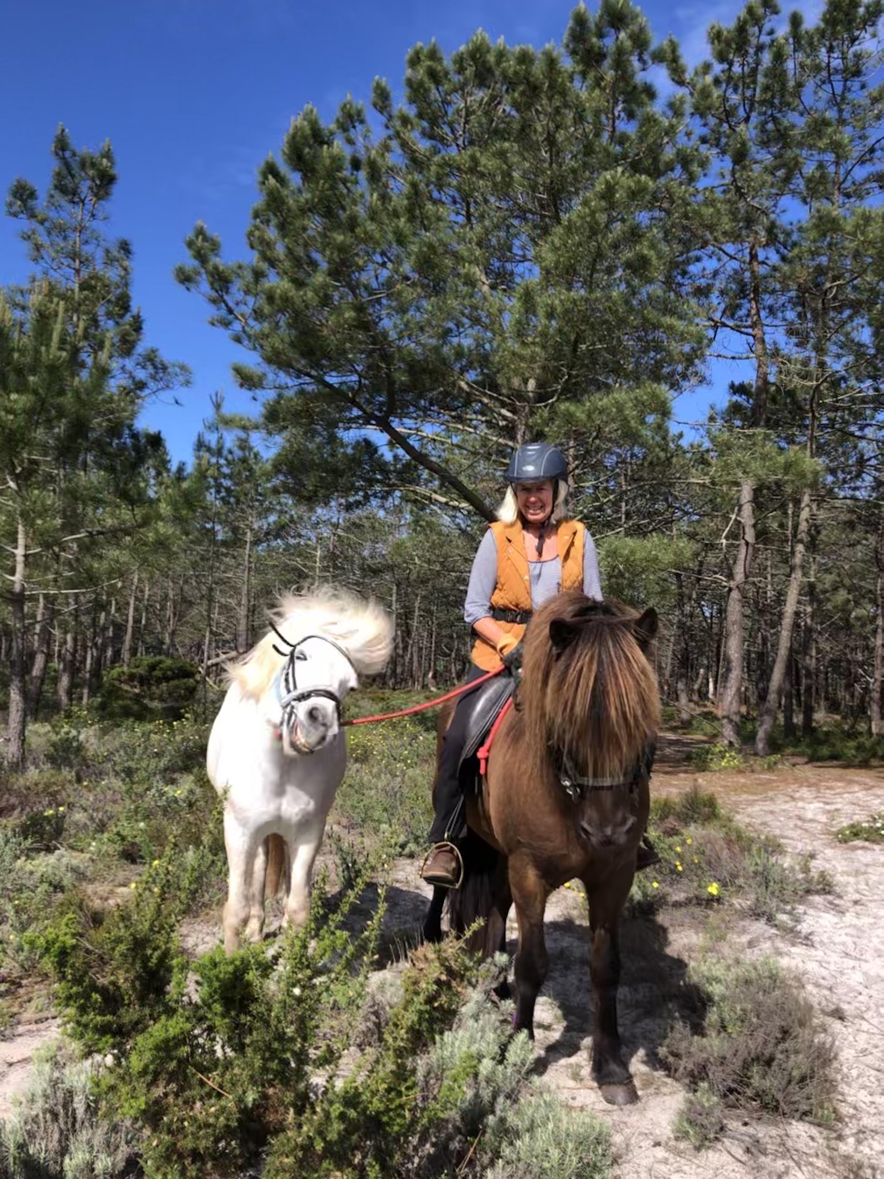 Annette e os seus cavalos Aegir e Midill fazendo um passeio matinal