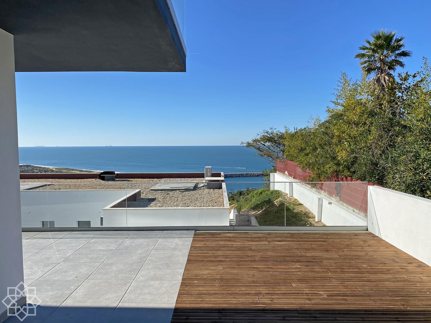 Från en av lägenheterna med terrass och utsikt över Atlanten
