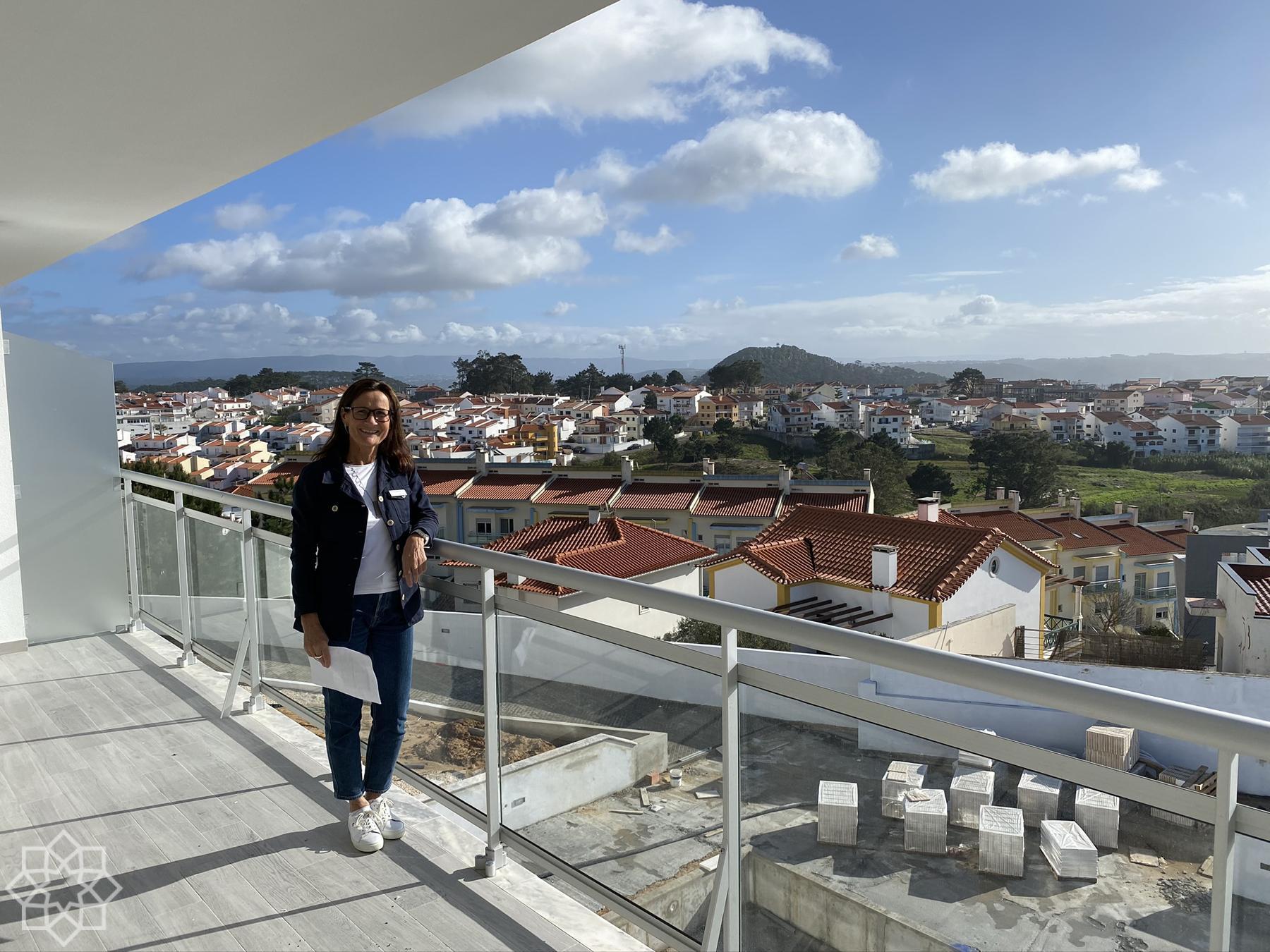 Balkongen på T2 i mellanplan har utsikt från sydost inåt landet mot sydväst ut över Atlanten och Nazaré.
