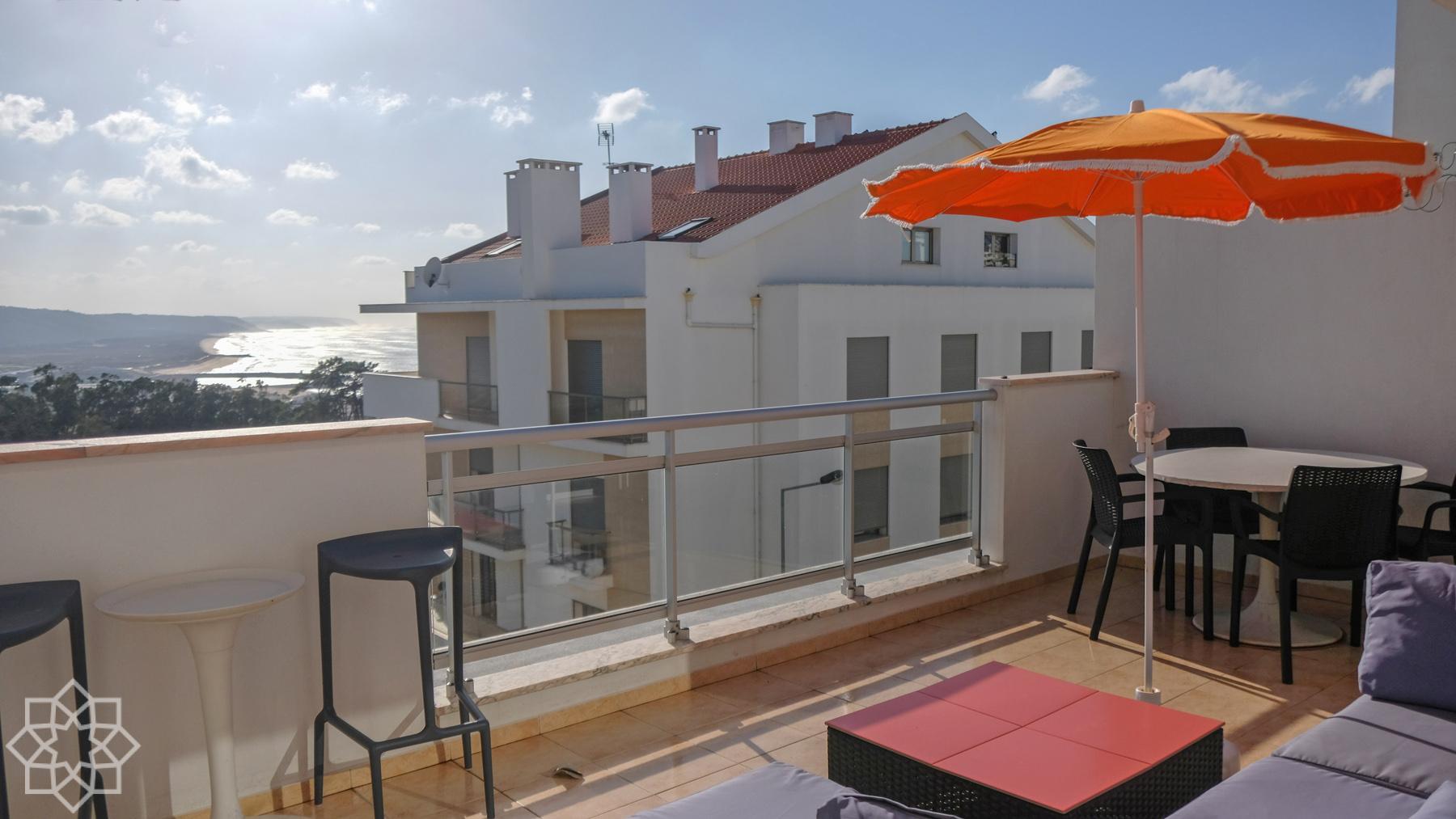 På den fina terrassen som ligger i samma plan som lägenheten